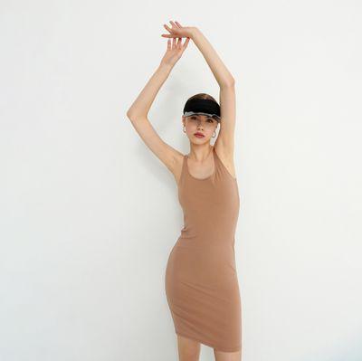 Dopasowana sukienka na ramiączkach - Kremowy
