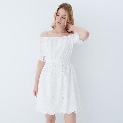 Sukienka z odkrytymi ramionami - Biały