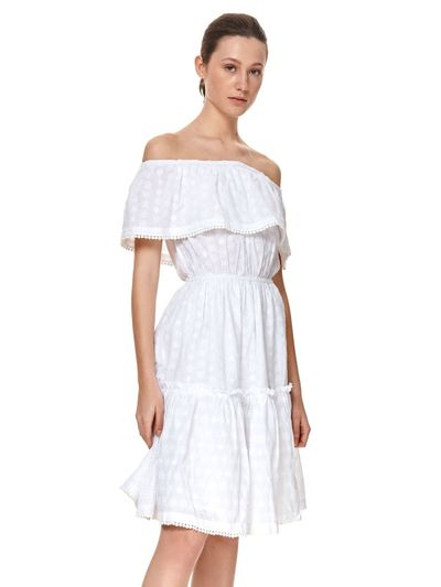 Ażurowa sukienka z odkrytymi ramionami i falbaną